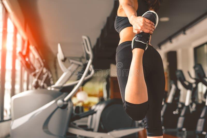 Hintere Ansicht der Frau Yoga im Eignungssport-Trainingsverein mit Sportausr?stung und -zus?tzen tuend Training und Bodybuilderko stockfotografie