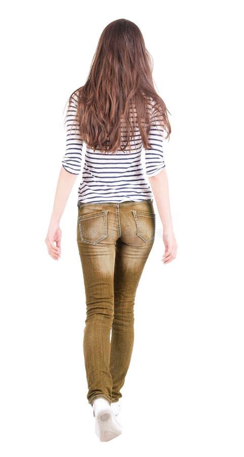 Hintere Ansicht der gehenden Frau in den Jeans stockbilder