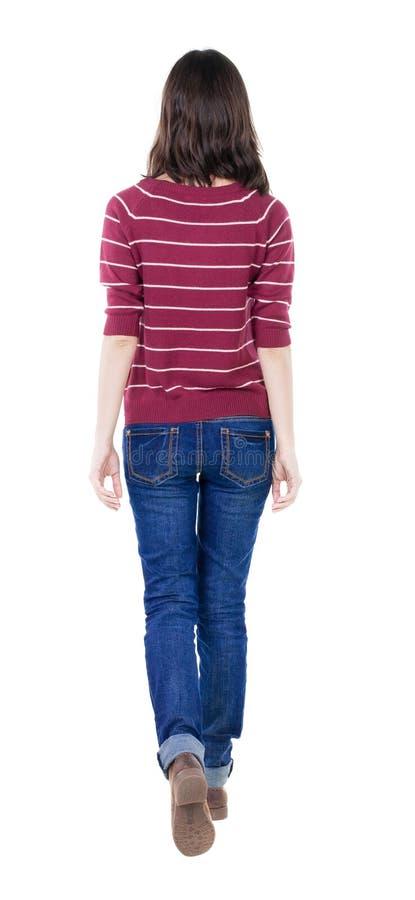 Hintere Ansicht der gehenden Frau in der roten Strickjacke stockfotos