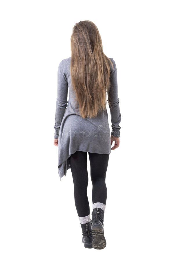 Hintere Ansicht der jungen stilvollen Frau mit dem langen gesunden Haar weg gehend stockfotos