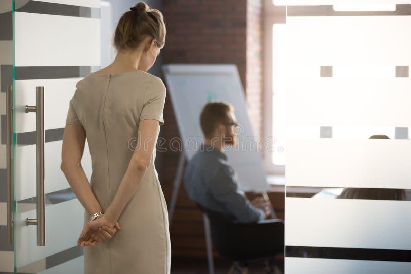 Hintere Ansicht an der nervösen Frau, die Rede für das Treffen vorbereitend wartet lizenzfreie stockfotos