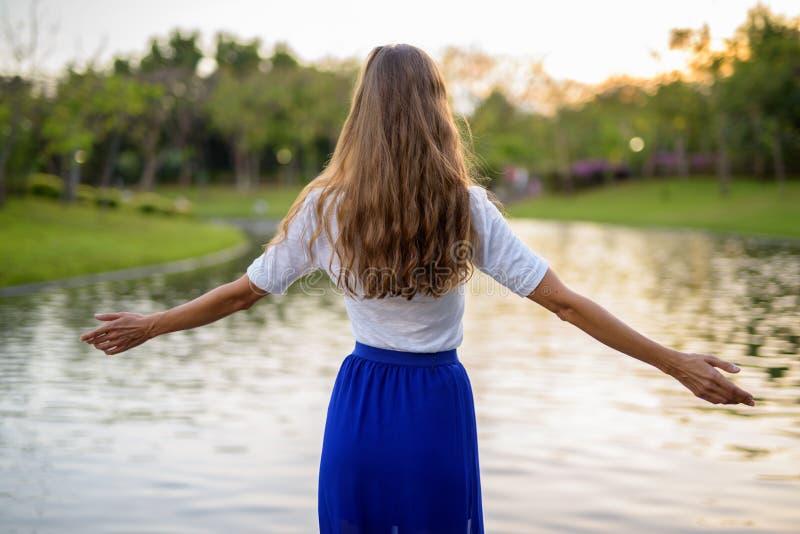 Hintere Ansicht der Schönheit mit lang haarsträubendem ihr Arm stockbilder