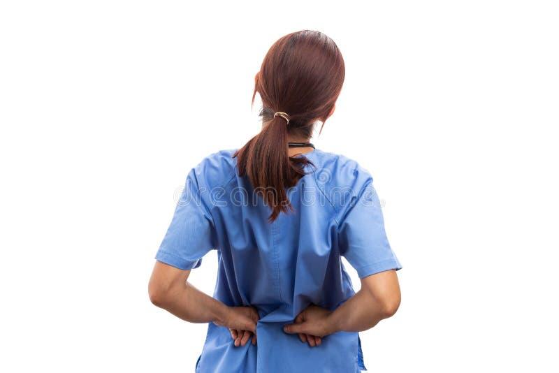 Hintere Ansicht der weiblichen Krankenschwester oder des Doktors, die schmerzlichen lumbalen Bereich halten stockbild
