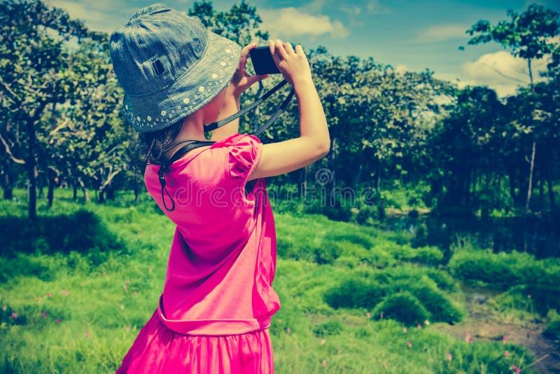 Hintere Ansicht des asiatischen Mädchens draußen entspannend in der Tageszeit, trave lizenzfreies stockfoto