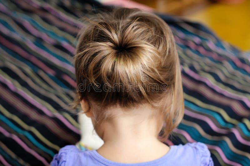 Hintere Ansicht des Babys, erste Frisur des Kindermädchens - ponytiny t lizenzfreies stockfoto