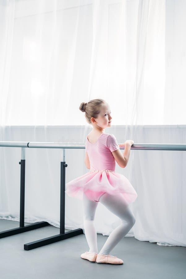 hintere Ansicht des entzückenden wenig Ballerinatrainierens stockfoto