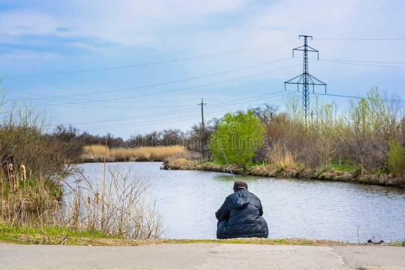Hintere Ansicht des Fischers auf Fluss lizenzfreies stockbild