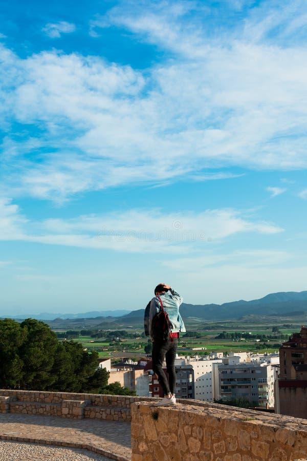 Hintere Ansicht des jungen Mannes Stadt von der Schlossdachspitze betrachtend stockbilder