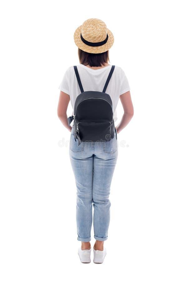 Hintere Ansicht des jungen Schönheitstouristen im Strohhut mit dem Rucksack lokalisiert auf Weiß lizenzfreie stockfotografie