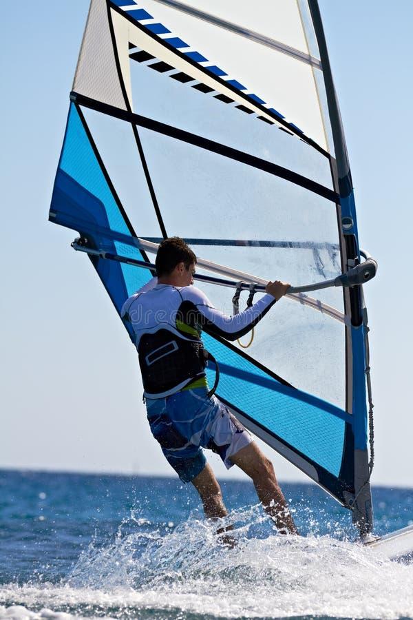 Hintere Ansicht des jungen Windsurfer lizenzfreie stockbilder