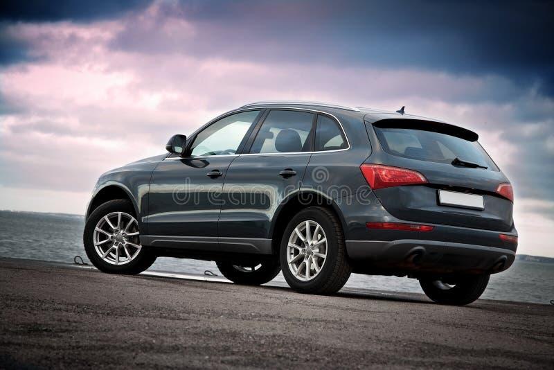 Hintere Ansicht des Luxus SUV lizenzfreies stockbild