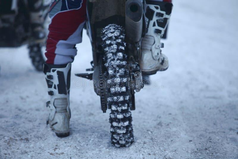 Hintere Ansicht des Motocrossmotorradhinterrads lizenzfreie stockfotos