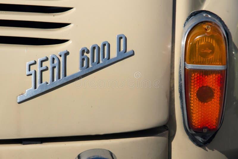 Hintere Ansicht des Symbols eines Autos Seat 600 D lizenzfreie stockfotos