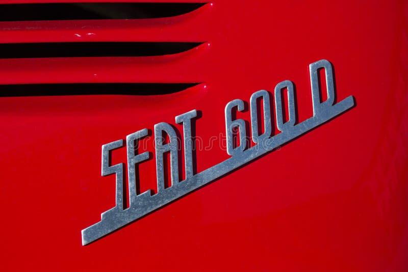 Hintere Ansicht des Symbols oder des Logos eines Autos Seat 600 D stockbild
