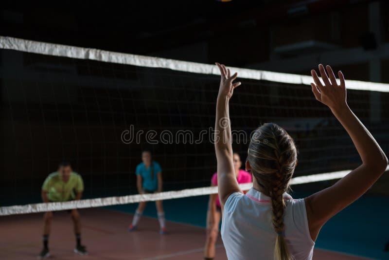 Hintere Ansicht des weiblichen Volleyballspielerspielens lizenzfreies stockbild