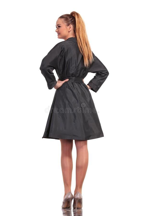 Hintere Ansicht einer jungen Geschäftsfrau stockbild