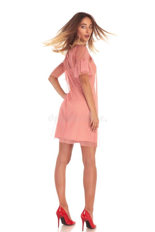 Hintere Ansicht einer sexy Frau im Kleid lizenzfreie stockbilder