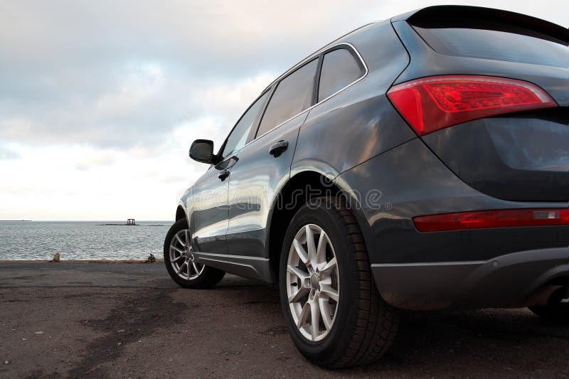 Hintere Ansicht eines Luxus SUV lizenzfreie stockfotografie