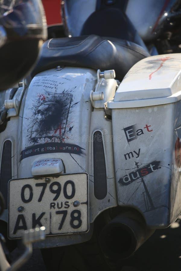 Hintere Ansicht eines Motorrades mit Aufschriften und einem russischen Kfz-Kennzeichen, Nahaufnahme lizenzfreies stockfoto