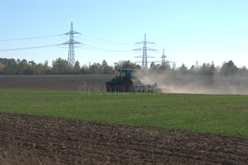 Hintere Ansicht eines Traktors, der ein Feld pflügt und es bereiten Winter erhält lizenzfreie stockfotografie