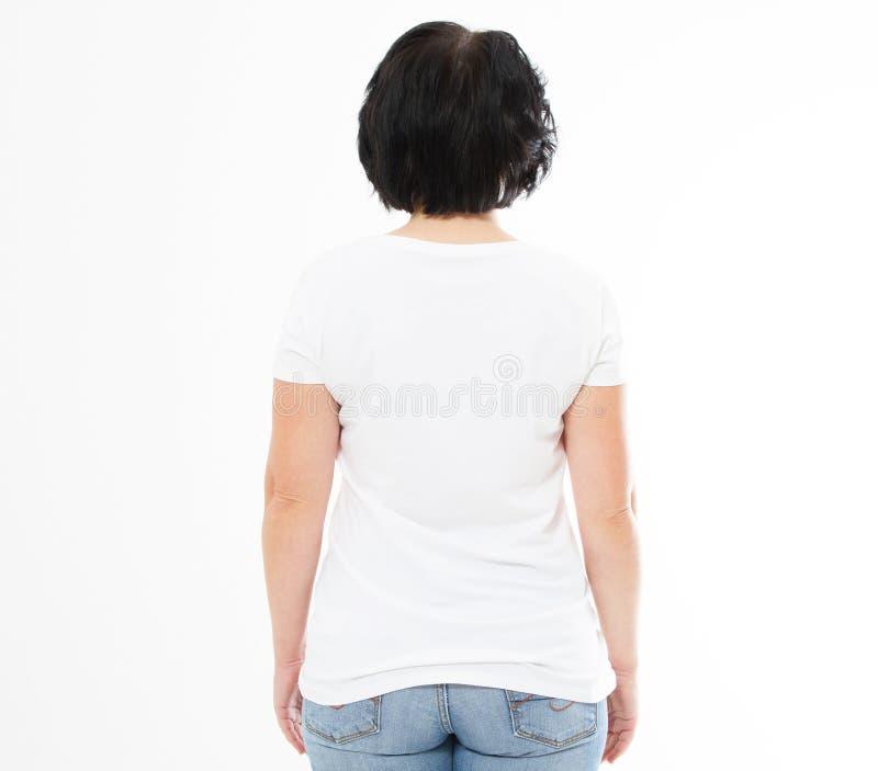 Hintere Ansicht - Frau in weißes T-Shirt lokalisiertem Spott oben, Kopienraum, leeres T-Shirt Mädchen im T-Shirt stockfotografie