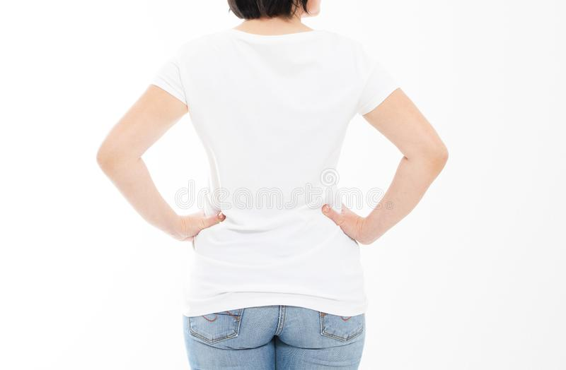 Hintere Ansicht - Frau in weißes T-Shirt lokalisiertem Spott oben, Kopienraum, leeres T-Shirt Mädchen im T-Shirt stockfoto