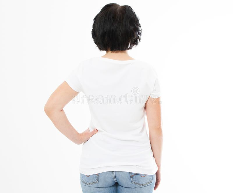 Hintere Ansicht - Frau in weißes T-Shirt lokalisiertem Spott oben, Kopienraum, leeres T-Shirt Mädchen im T-Shirt stockfotos