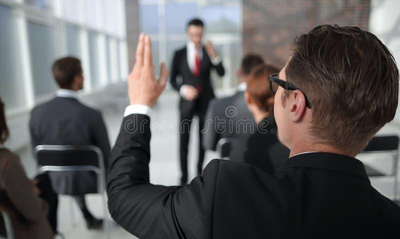 Hintere Ansicht Geschäftsseminarzuhörer, um den Sprecher bitten lizenzfreie stockfotos