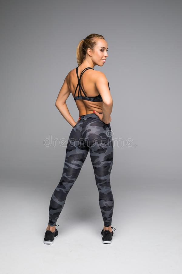 Hintere Ansicht schoss von einer gesunden jungen Frau in der Sportkleidung Bild in voller Länge des muskulösen weiblichen Modells lizenzfreies stockfoto