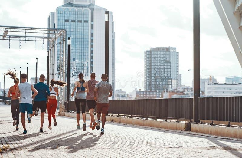 Hintere Ansicht in voller Länge von Leuten in der Sportkleidung stockfoto