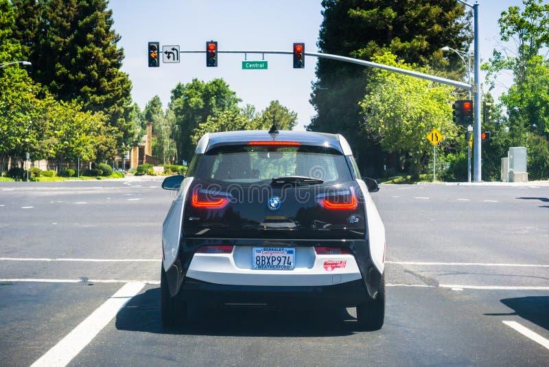 Hintere Ansicht von BMW I3 stoppte an einem roten Licht stockfoto