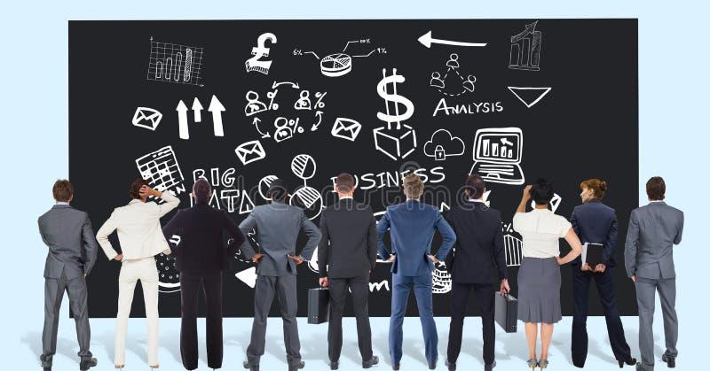 Hintere Ansicht von den Fachleuten, die kommerzielle Grafiken auf schwarzem Brett betrachten stockfotos