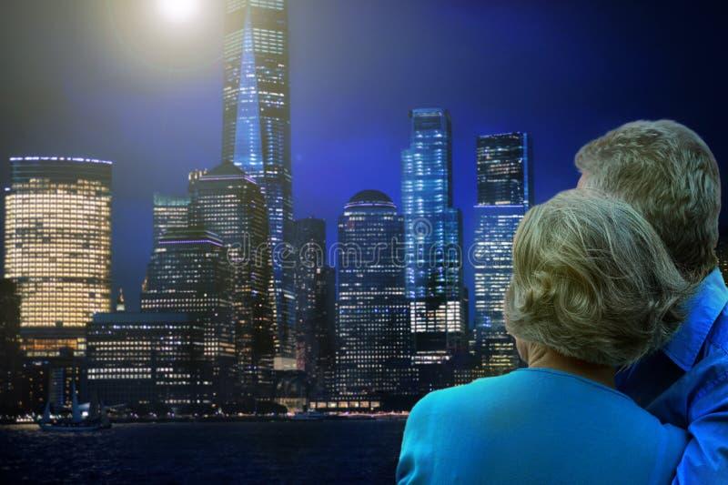 Hintere Ansicht von den glücklichen älteren Paaren, die gegen New York City umarmen lizenzfreie stockbilder