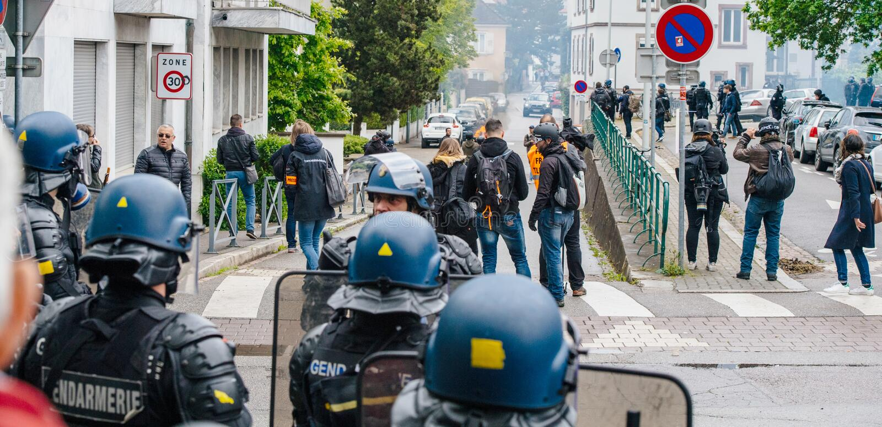 Hintere Ansicht von den Journalisten, die über gelbe Westenproteste berichten lizenzfreie stockfotografie