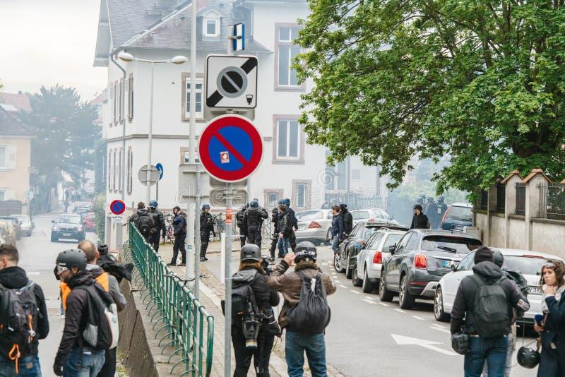Hintere Ansicht von den Journalisten, die ?ber gelbe Westenproteste berichten stockfoto
