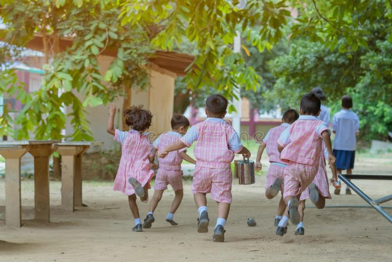Hintere Ansicht von den Kindergartenstudenten laufen gelassen zur?ck zu dem Klassenzimmer stockfotografie