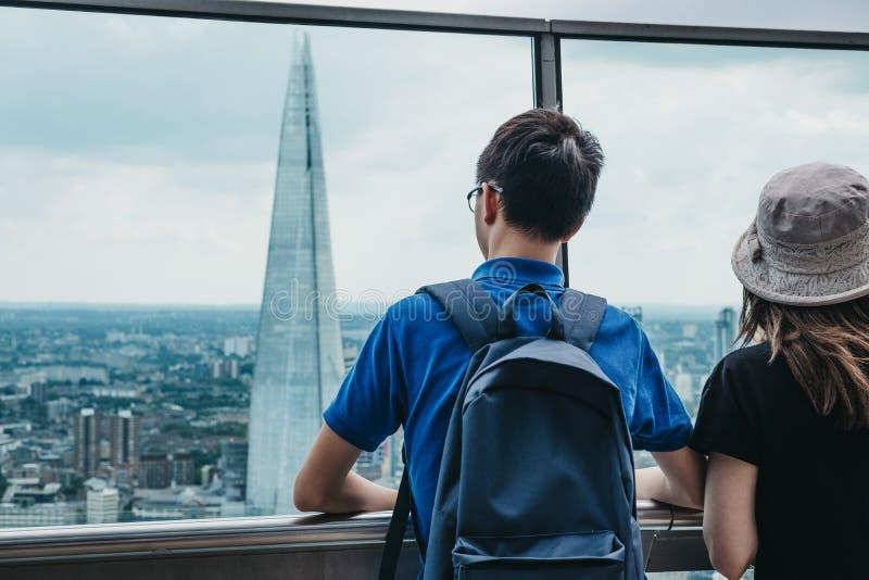 Hintere Ansicht von den Leuten, die auf einem Freilichtbalkon im Himmel-Garten, London, Großbritannien stehen lizenzfreies stockbild