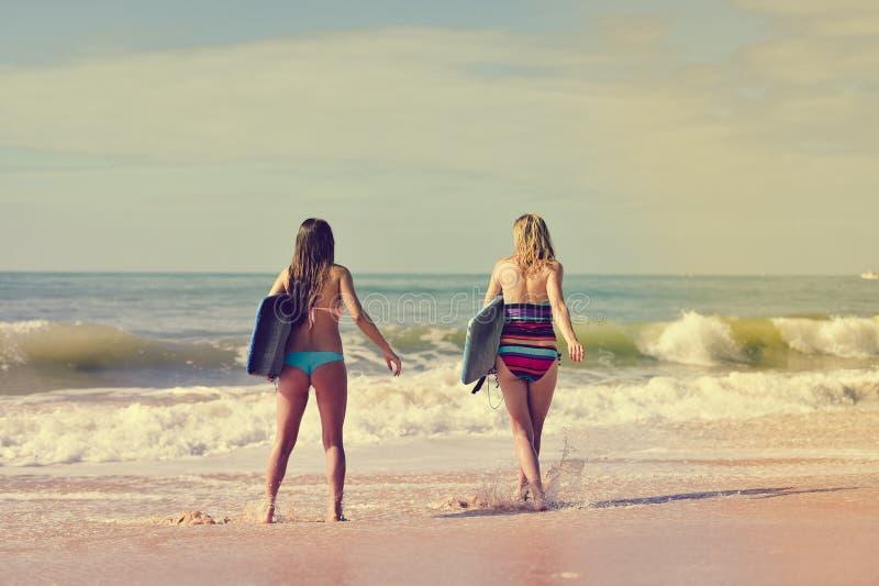Hintere Ansicht von den schönen jungen Frauen, die weg gehen lizenzfreie stockfotos