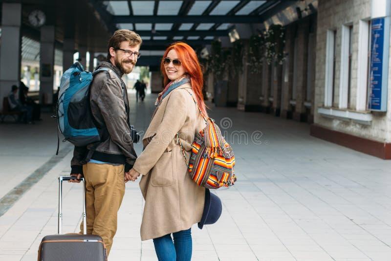 Hintere Ansicht von den verliebten Hippie-Paaren, die hinunter Station gehen und draußen plaudern Holyday-Konzept stockbilder