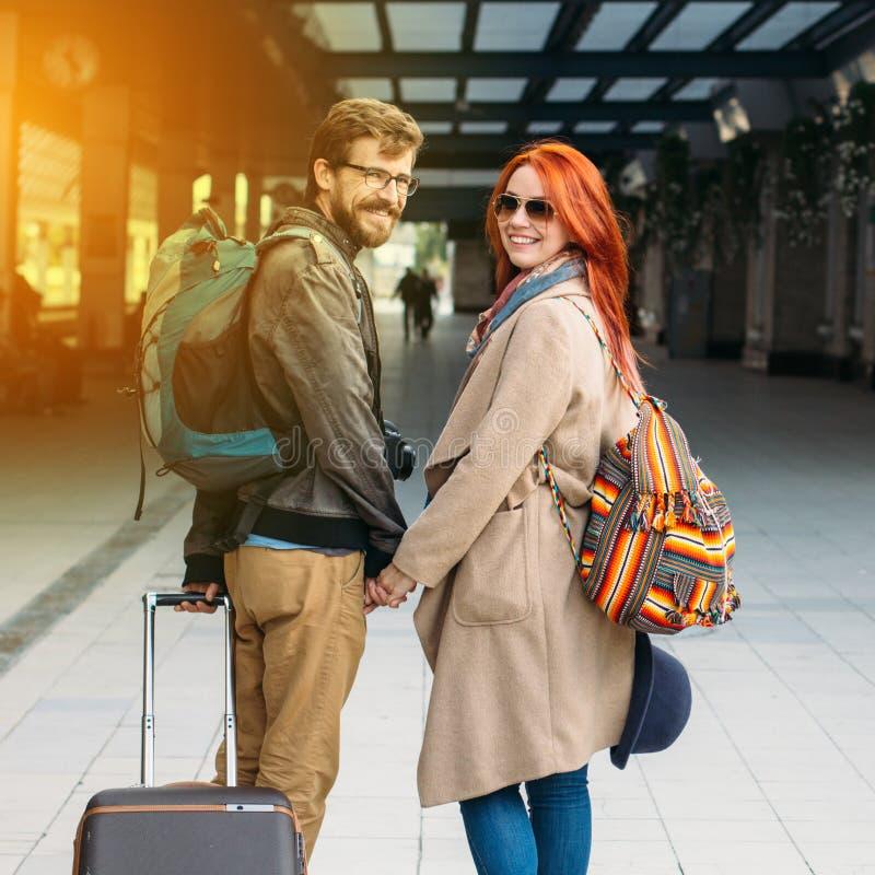 Hintere Ansicht von den verliebten Hippie-Paaren, die hinunter Station gehen und draußen plaudern Holyday-Konzept lizenzfreies stockbild
