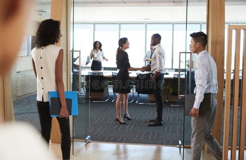 Hintere Ansicht von den Wirtschaftlern, die Sitzungssaal für das Treffen betreten stockfoto