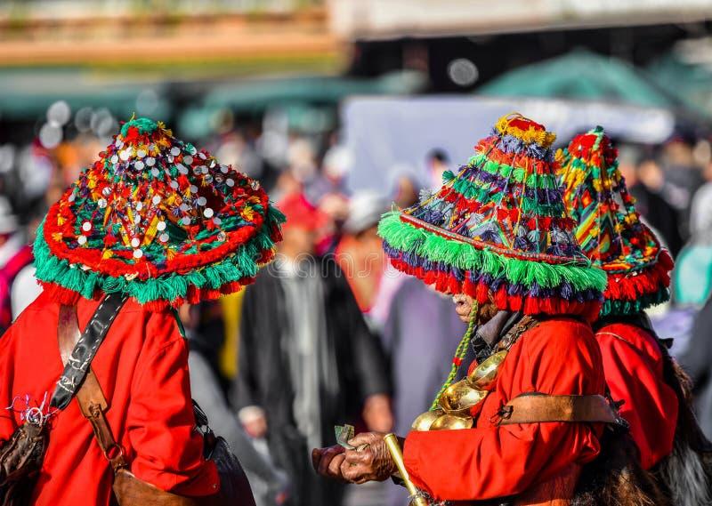 Hintere Ansicht von Leuten im bunten roten Trachtenkleid, das in der Gruppe, Marokko, Afrika steht stockfotografie