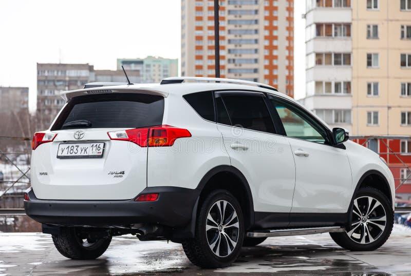 Hintere Ansicht von Toyota RAV4 2015-j?hrig in der wei?en Farbe nachdem dem S?ubern vor Verkauf auf Parken Selbstdienstleistungsi stockfotografie