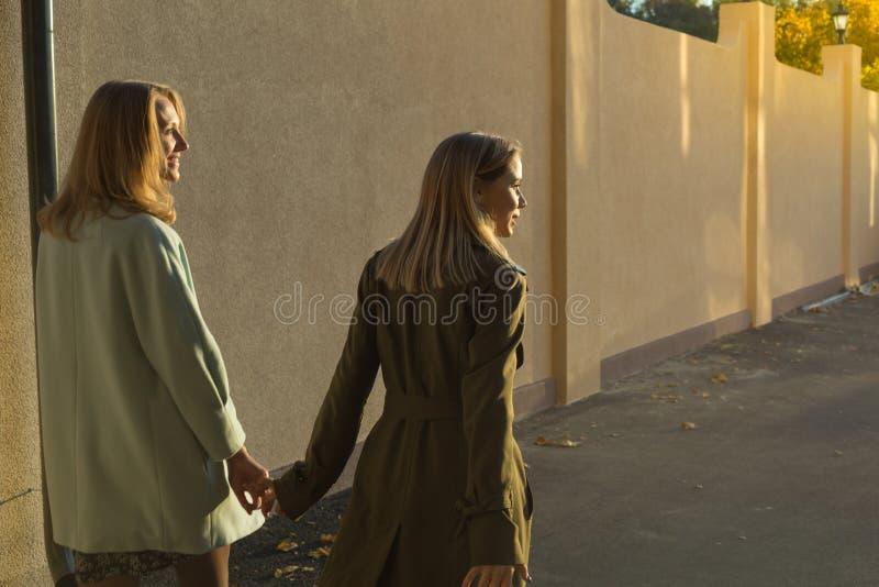 Hintere Ansicht von zwei Mädchen stockfoto