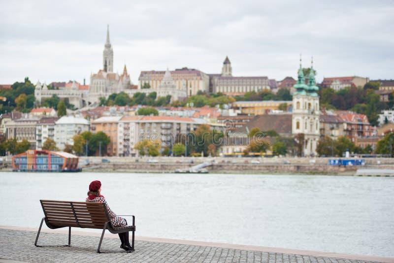 Download Hintere Ansichtfrau Sitzt Auf Bank Am Damm Von Budapest Stockfoto - Bild von festung, hintergrund: 106803376