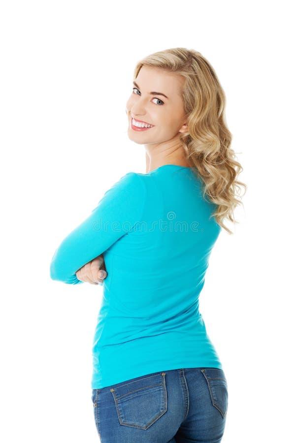 Download Hintere Ansichtfrau, Welche Die Kamera Betrachtet Stockfoto - Bild von stehen, rückseite: 47101208