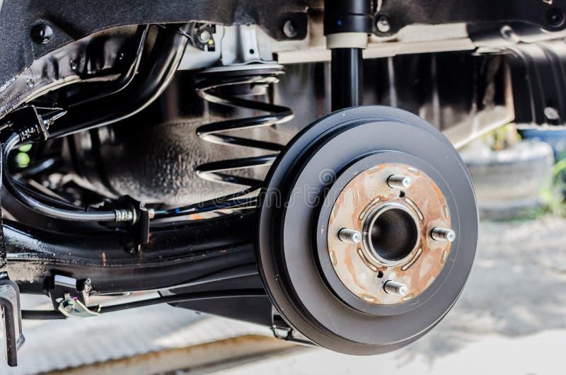 Hintere Bremse auf Auto im Prozess des neuen Reifenersatzes stockfoto