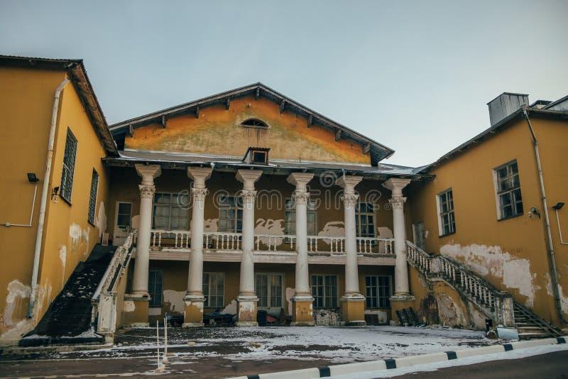 Hintere Fassade des verlassenen sowjetischen Palastes der Kultur in Voronezh stockbilder