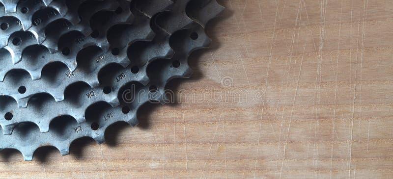 Hintere Kassette u. x28; sprocket& x29; von einer Mountainbike, die auf einem hölzernen liegt stockbilder
