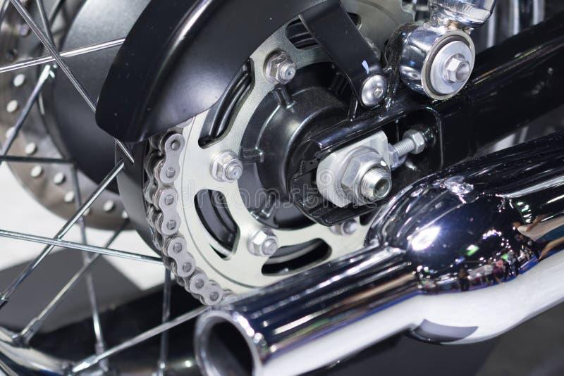 Hintere Kette und Kettenrad des Motorradrades lizenzfreie stockfotos